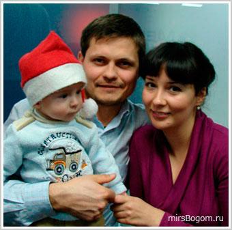 Андрей Стариков с супругой и ребенком